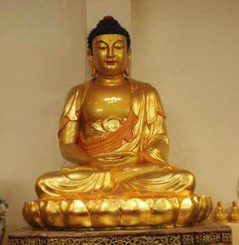 Goldene Buddha Statue in der Pagode Phat Hue in Frankfurt am Main.